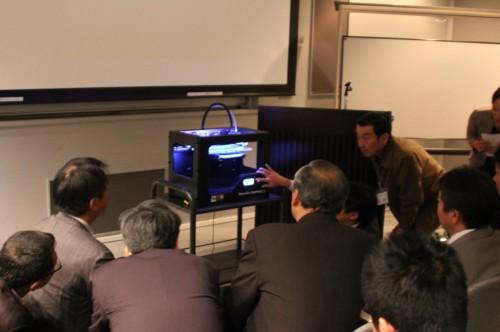 3Dプリンターの実演に興味を示す参加者