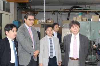 中島社長から工場内の設備の説明をうける墨東ゴム工業会の会員ら