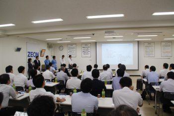 日本ゼオンの川崎工場の説明を受ける参加者ら