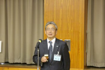 懇親会で乾杯のあいさつする柳田副会長
